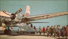 15.05.2015 - BLOG  - FOTO 1 - ERA DE OURO - DESEMBARQUE - Sempre bem vestidos e recuperados após a comilança, a visita ao bar e ao sono dos deuses, os passageiros chegam ao seu destino. Na Era de Ouro da Aviação, os passageiros tinham cinco vezes mais chances de sofrer acidentes. Hoje, a cada 100 mil horas de voo, ocorrem 1,33 fatalidades. Em 1952, a cada 100 mil horas de voo, ocorriam 5,2 mortes. E o número de passageiros aumentou 42 vezes nos últimos 60