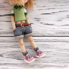 Amigurumi girl doll in denim shorts by Mint Bunny. Knitted Doll Patterns, Crochet Doll Pattern, Crochet Bunny, Knitted Dolls, Crochet Dolls, Knit Crochet, Crochet Patterns, Shorts Tejidos A Crochet, Tilda Toy