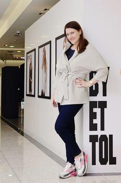 Легкое пальто UONA молочного цвета. #пальто #весна #купитьпальто #красивоепальто #теплоепальто #легкоепальто  #пальтодемисезонное #пальтостильное #пальтоспоясом