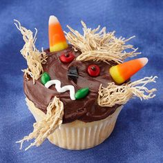 As the most creative holiday, what special cupcakes you prepared or saw at the Halloween party this year? Here, we rounded up 21 Creepy and Halloween Desserts, Menu Halloween, Halloween Cupcakes Decoration, Halloween Treats For Kids, Easy Halloween, Holiday Treats, Holiday Recipes, Halloween Stuff, Halloween Baking