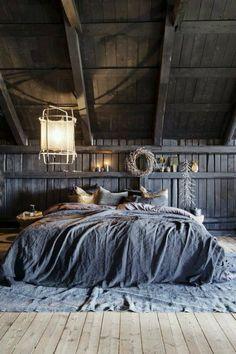 deco chambre adulte bleu gris pièce sous pente dans un esprit bohème boho chic avec grande lanterne en tissu blanc au dessus du lit