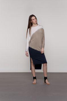 TROBOJNA HALJINA Midi dužina, tri odlično spojene boje i ležeran kroj čine ovu haljinu vrlo primamljivom. Izrađena je od mikromodala, prikladna za svaku dob i univerzalne je veličine. Izvrsno se kombinira s tenisicama i drugom ravnom obućom.