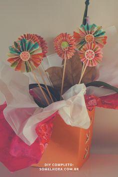 Procurando um jeito fácil de fazer flores de papel? Vem ver esse passo a passo e aproveita a inspiração da Primavera que está chegando e para florir a vida por aí! Como fazer flores de scrapbook | Decoração de Primavera | DIY flor de papel Scrapbook, Container, Gift Wrapping, Crafty, Gifts, Layouts, Iphone, Small Gifts, How To Make Flowers Out Of Paper