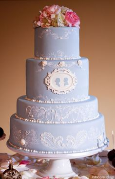 A vintage blue wedding cake with an antique cameo and silhouettes. Created by Intricate Icing Cake Design. Pretty Cakes, Cute Cakes, Fancy Cakes, Beautiful Cakes, Amazing Cakes, Luxury Wedding Cake, Wedding Cakes, Sucre Candi, Cameo Cake