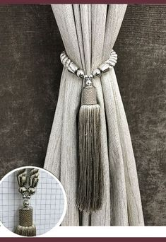 Abraçadeira p/ Cortina Pingente Luba 4089 Curtains With Blinds, Window Curtains, Elegant Curtains, Curtain Tie Backs, Curtain Designs, Luxury Bath, Linen Tablecloth, Cushions On Sofa, Window Coverings