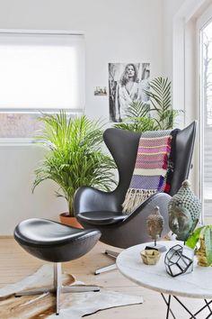 Glad i grønne planter du også? Bli med hjem til interiørstylist Linda Elmin. Egg Chair, Planters, Lounge, Furniture, Home Decor, Airport Lounge, Drawing Rooms, Decoration Home, Room Decor