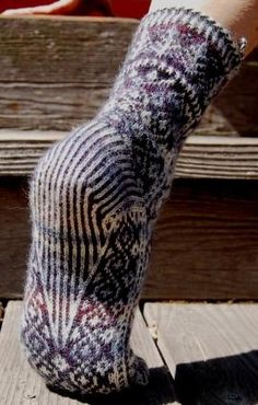 Pattern specifies 2 colors of Zitron Trekking XXL but 2 contrasting solid colors or a self-striping plus a contrasting solid would work. Crochet Socks, Knit Mittens, Knitted Shawls, Knitting Socks, Hand Knitting, Knit Crochet, Knitting Designs, Knitting Patterns, Funky Socks