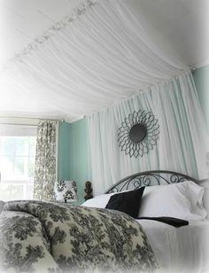 lit baldaquin avec voiles blancs