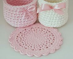 Life with Mari: Vaaleanpunaisia koreja sekä kattausliinoja ♥ Crochet Carpet, Crochet Home, Love Crochet, Crochet Gifts, Crochet Doilies, Crochet Flowers, Hand Crochet, Crochet Stitches, Crochet Baby