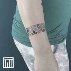"Gefällt 47 Mal, 4 Kommentare - Thiago de Mello - Tattooer (@thiago.de.mello.ink) auf Instagram: ""Seamless bracelet I had the pleasure to make the other day. Obrigado Niki!🙏🏼 . . . For inquiries:…"" Dot Work Tattoo, Ink, Bracelet, Tattoos, How To Make, Pattern, Instagram, Wristlets, Tatuajes"