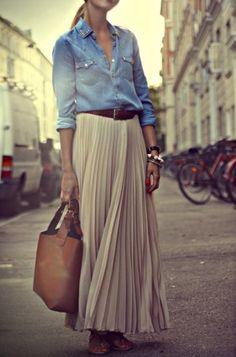 Simple and casual, chemise en jean claire et jupe longue : le printemps