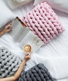 cushions Best Picture For Diy Wool Blanket projects For Your Taste You are looking for something, an Chunky Blanket, Chunky Yarn, Chunky Knitwear, Crafts To Make, Diy Crafts, Diy Cushion, Cushion Covers, Recycled Plastic Bags, Knitted Blankets
