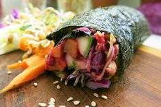 HOW TO: Make Raw Vegan Nori Rolls untoasted nori sheet courgette (zucchini) carrot red cabbage handful of sprouts hummus or dip of choice sesame seeds Vegan Foods, Us Foods, Vegan Vegetarian, Vegetarian Recipes, Vegan Sushi Rolls, Raw Food Recipes, Healthy Recipes, Roh Vegan, Healthy Treats