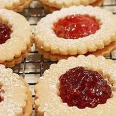 Ez a legporhanyósabb, legomlósabb linzer titka! Hungarian Desserts, Hungarian Recipes, Cookie Recipes, Dessert Recipes, Homemade Sweets, Winter Food, Food Gifts, Cake Cookies, Food To Make