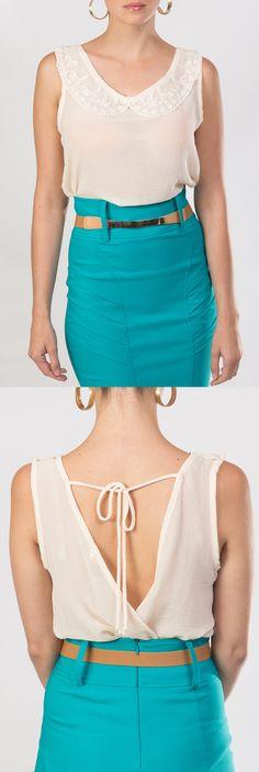 Esta blusa crema de cuello redondo y elegante escote en la espalda y sin mangas, es ideal para un día caluroso.