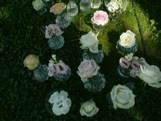 Tania Muser little vases scattered on the grass Tania Muser piccoli vasi sparsi sull'erba