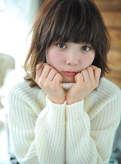 目ギリギリのバングで可愛く重軽ミディアム スタイル♡ 丸顔さん向きヘア♪ Style