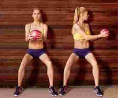 Une femme avec un ballon qui renforce les abdos
