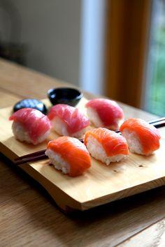 Nigiri: Pescado fresco fileteado montado sobre bocadito de arroz (en forma de albóndiga ovalada). Los hay de salmón, atún, langostino, pescado blanco, vieira, anguila, entre otros.
