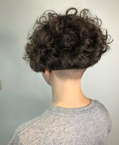 L'image contient peut-être : une personne ou plus et gros plan Short Curly Hair, Wavy Hair, Curly Bob, Curly Hair Styles, Shaved Nape, Shaved Sides, Nape Undercut, Permed Hairstyles, Cut And Style