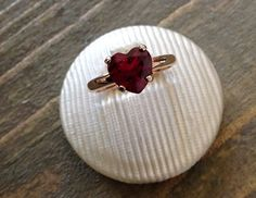 Anello con pietra naturale a forma di cuore su etoilegioielli.com