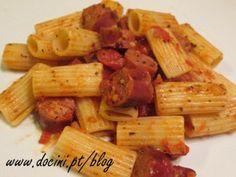 Macarrão com Salsichas Frescas e Molho de Tomate