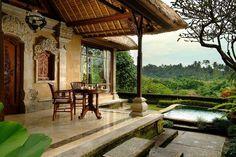 klassische Veranda von Villa im mediterranen Stil mit garten und Pool
