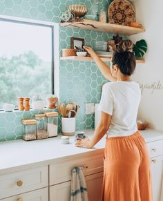 Easy, affordable sustainable living tips. Enjoy a sustainable living lifestyle you can be proud of. Click in to learn how to go green on a budget. Garbage Waste, Sustainability Projects, Black Interior Doors, Mid Century Modern Kitchen, Plastic Hangers, Green Home Decor, Ethical Fashion Brands, Living On A Budget, Eco Friendly House