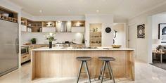 bonita cocina con isla de madera laminada