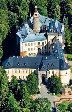 Zbiroh - chateau in Central Bohemia, Czechia 🏰📌 Beautiful Castles, Beautiful Buildings, Beautiful Places, Architecture Old, Historical Architecture, Prague Czech Republic, Grand Homes, Medieval Castle, Kirchen