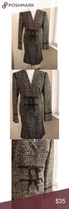 Anne Klein Office Skirt Suit This is an immaculate Anne Klein Skirt Suit in excellent used condition! Perfect to wear at the office. This is practically new with zero wear! Anne Klein Dresses