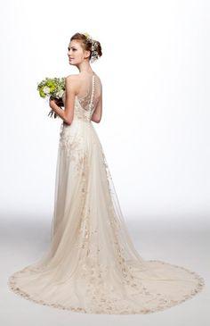 No.02-0019 背中からスカートの裾にかけて流れるような刺繍は見る人を魅了するドレス。スレンダーな広がりが大人花嫁をエレガントに演出します。