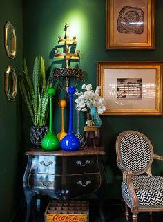 As cores do Brasil são destaque neste cantinho, ao lado de peças de design cheias de estilo (Foto: Divulgação/Romulo Fialdini). Projeto do designer de interiores Marcelo Arabe, publicado em Casa e Jardim.