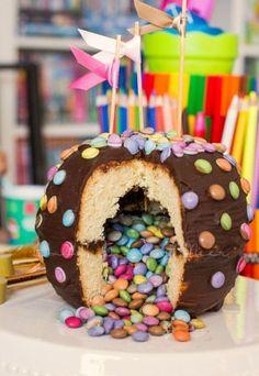 Wie viele von euch mitbekommen haben, gab es damals zu Lillis Einschulung einen bunten Piñata-Kuchen. Lilli und Lotte wussten bis zum Anschneiden nicht, was es mit diesem besonderen Kuchen auf sich ha
