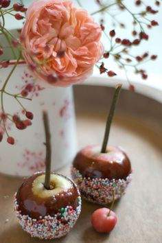 Toffee apples with sprinkles! Oreo Pops, Bonfire Toffee, Yummy Treats, Yummy Food, Cake Stall, Bonfire Night, Halloween Party, Halloween Ideas, Recipes From Heaven