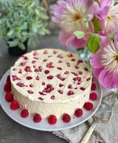 Enkel og kjempegod hjemmelaget iskake med bringebær og pikekyss - Franciskas Vakre Verden Pudding Desserts, Recipe Boards, Vanilla Cake, Cake Recipes, Cheesecake, Food And Drink, Snacks, Cookies, Baking