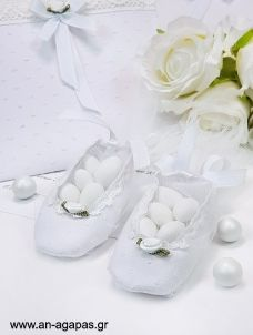 Μπομπονιέρα βάπτισης παπουτσάκι τρέσα λευκό pom pom Wedding, Valentines Day Weddings, Weddings, Marriage, Chartreuse Wedding