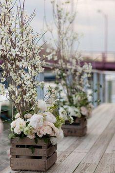 Une jolie ambiance déco romantique et poétique sur la terrasse avec des caisses en bois au look vintage