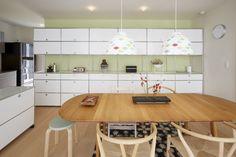 M. N. adore les meubles et les accessoires. C'est ce qui l'a incité à renoncer à tout mobilier intégré dans sa nouvelle maison, désireux de pouvoir y créer un décor moderne. Pour ce faire, il a fait appel à M. Ochi, un architecte d'intérieur de l'agence Club8Studio de Morioka, auprès de laquelle il...