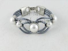 Terminando el año, hemos realizado esta pulsera con adornos de medias perlas.