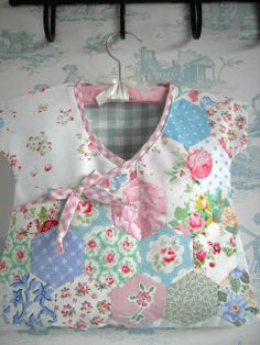 LAURA ASHLEY CATH KIDSTON PEG BAG handstitched HEXAGON PATCHWORK STORAGE Sewing Hacks, Sewing Crafts, Sewing Projects, Card Patterns, Sewing Patterns, Hexagon Patchwork, Clothespin Bag, Peg Bag, Plastic Bag Holders