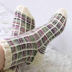 Ruutusukat kerrosrivinousulla, Novita Nalle. Knitting, woolsocks Crochet Socks, Knitting Socks, Knit Crochet, Yoga Socks, Knitting Accessories, Handicraft, Diy Clothes, Mittens, Crochet Patterns