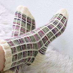 Ruutusukat kerrosrivinousulla, Novita Nalle. Knitting, woolsocks
