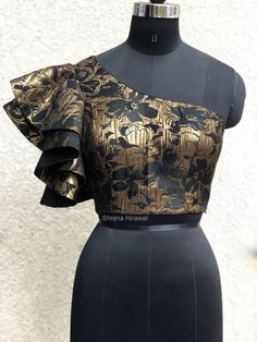 Label Shrena Hirawat #ruffle #blouse #oneshoulder #blackandgold #gold     -  #blousedesigns #blousedesignsEthnic #blousedesignsForGirls #blousedesignsGolden Sari Blouse Designs, Designer Blouse Patterns, Blouse Styles, Designer Dresses, African Print Fashion, African Fashion Dresses, African Dress, Fashion Outfits, Corset Blouse