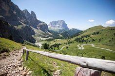 Urlaub mit Hund, Katze, Pferd & Co... Entdecken und erleben Sie die Traumwelt der Dolomiten rund um das Sellamassiv und lassen Sie sich dabei vom Antlitz der Langkofelgruppe und der Marmolada sowie von der Seiseralm bezaubern Ein Eldorado für Naturliebhaber In dieser wunderbar satten Naturlandschaft ist der Enzian nur einer von vielen …