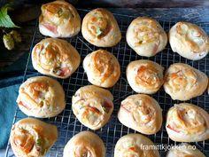 Snurrer med ost og skinke - Fra mitt kjøkken Doughnut, Bread, Horn, Desserts, Alternative, Tailgate Desserts, Horns, Deserts, Breads
