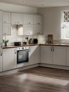 With the neutral tones and matt finish of this Shaker door, a kitchen will become bright and relaxing. Cabinet options include half-height wall units and deep pan drawers to maximise storage and keep everything easy to find.