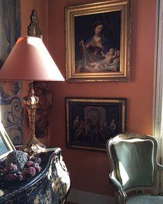 @de_lauria • Photos et vidéos Instagram Orange Rooms, Colorful Interiors, Salons, Coral, Table Lamp, Times, Instagram, Photos, Painting
