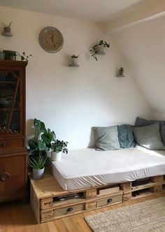 If you have such a cuddly DIY seating area like a selfmade outfit from a cool palette .- Wenn man so eine kuschelige DIY-Sitzecke wie Selfmadebude aus einem coolen Palet… If you have such a cuddly DIY seating area … - Furniture, Diy Seating, Upcycled Furniture, Home Decor, Cool Furniture, Diy Sofa, Pallet Furniture Outdoor, Pallet Sofa, Diy Outdoor Furniture