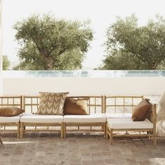 tinekhome style is a mixture of bohemian living and elegant simplicity. A combination of colors, traditional crafts and Scandinavian simplicity. Bamboo Sofa, Bamboo Furniture, New Furniture, Outdoor Furniture Sets, Small Coffee Table, Coffee Table Design, Outdoor Couch, Outdoor Decor, Bamboo House